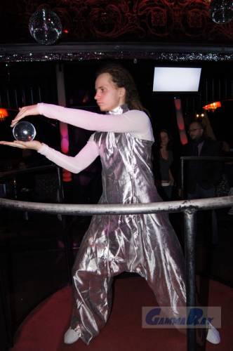 Классно жонглировал стеклянным шаром.  Шар, как на липучке катился и не падал.  Дата: 03.03.2012 Теги: Добавил...